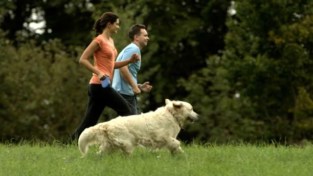 HD: Glückliches Paar Laufen mit Ihrem Hund