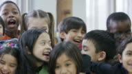 Gelukkig etnische groep van uiteenlopende derde klassers
