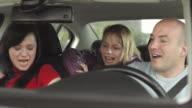 HD: Glückliche Familie im Auto