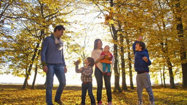 SLO MO gelukkige familie in herfst park