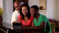 Glückliche Familie Video-Konferenzen unter Verwendung digitaler Tablet