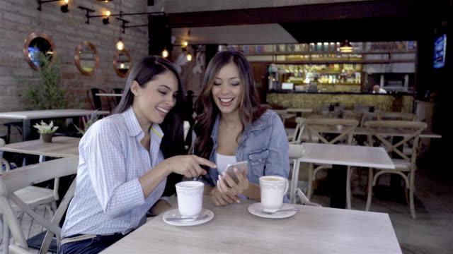 Gelukkig vrienden kijken naar een video op de smartphone en lachen