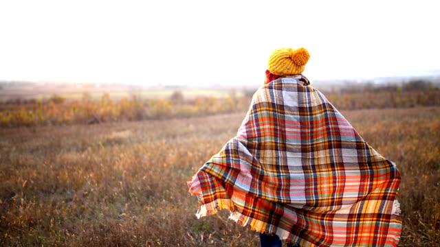 Glückliche Mädchen genießen das Leben und Freiheit im Herbst auf die Natur