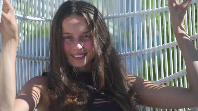 Glückliches Mädchen auf der offenen Terrasse des Café oder restaurant in einem spa