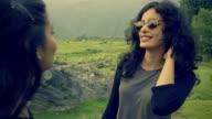 Gelukkig meisje met haar vriendin genieten van vakantie in heuvels.