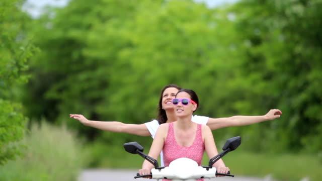 Glückliche Mädchen Reiten Roller