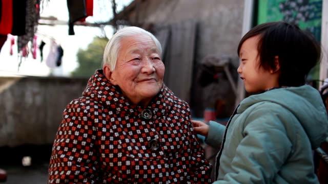 Glückliche Großmutter mit Ihrem Enkel