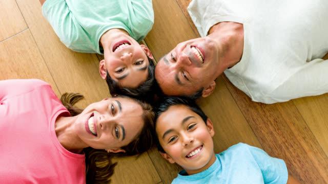 Lateinamerikanische Familienglück zu Hause