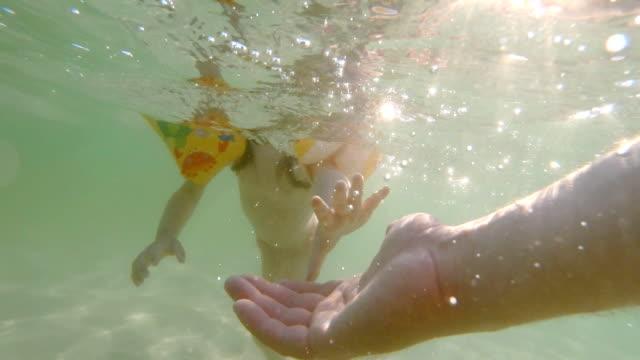 Glücklicher Erinnerungen an Ihre jungen Days- ein Kind auf Baum spielen im Meer