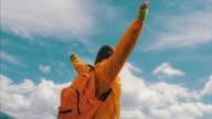 Gelukkig zwangere vrouw opstaan met handen op de rand van de berg