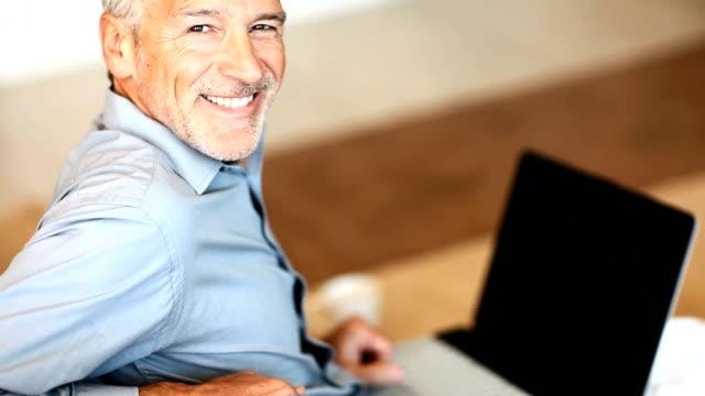 Happy senior Mann arbeitet auf laptop