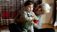 Happy mit seiner Großmutter