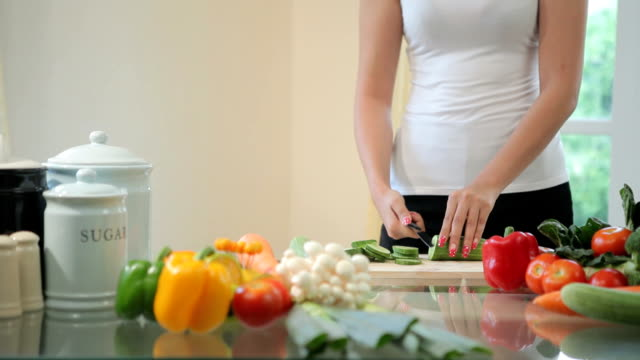 Glückliche Frau Kochen Gemüse grünem Salat