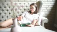 Glückliche junge Mädchen liegen Sie ein Buch lesen