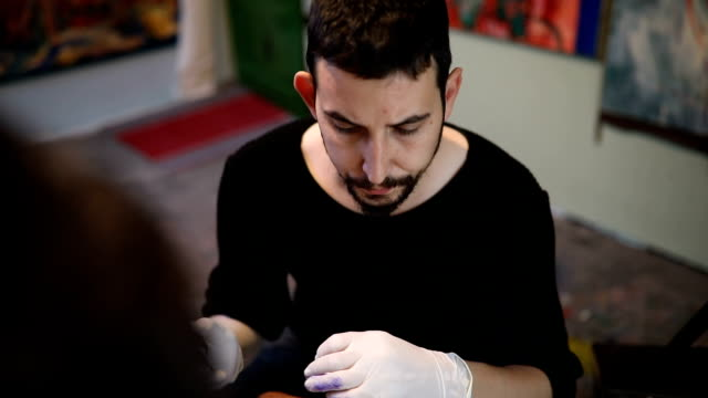 Fleißig im Tattoo-studio