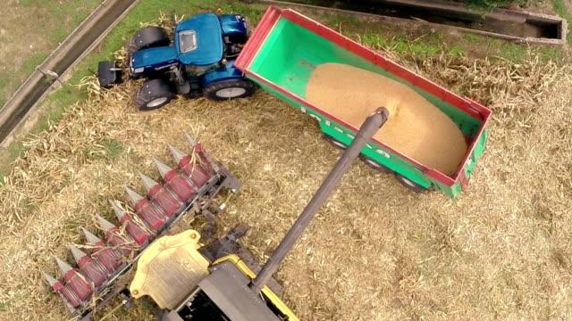 Oogstmachine en tractor