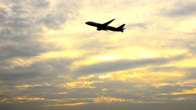 HD:Airplane luchthaven op zonsondergang tijd opstijgen