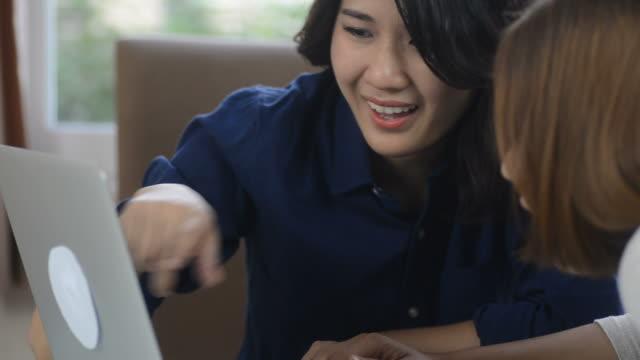 HD: Asiatische Mädchen Blick auf laptop-computer