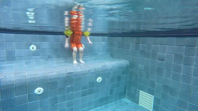 HD: Baby lernen, schwimmen Sie im pool, indem du Armbündchen.