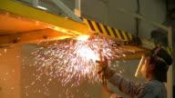 HD: Hintergrund der Arbeiter mit Fackel cutter geschnitten, aus Metall.
