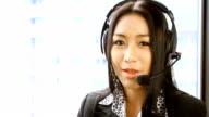 HD: schöne asiatische Frauen operator während der Arbeiten.
