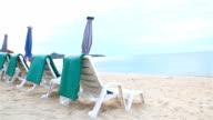 HD: Bänken und Sonnenschirme am Strand g.