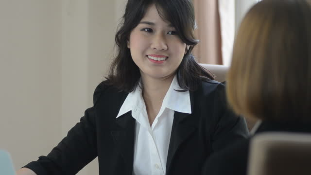 HD:Business woman presenting with customer