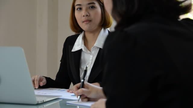 HD: Donna d'affari consegna con il cliente