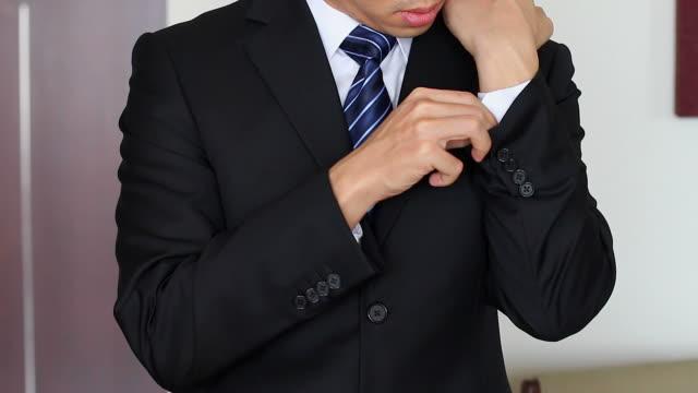 HD: Geschäftsmann anpassen Anzug und Krawatte.
