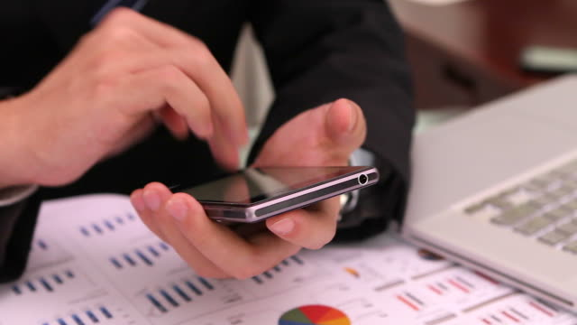HD: Uomo d'affari che lavorano utilizzando tablet.