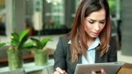 HD: Geschäftsfrau, die mit digitalen tablet