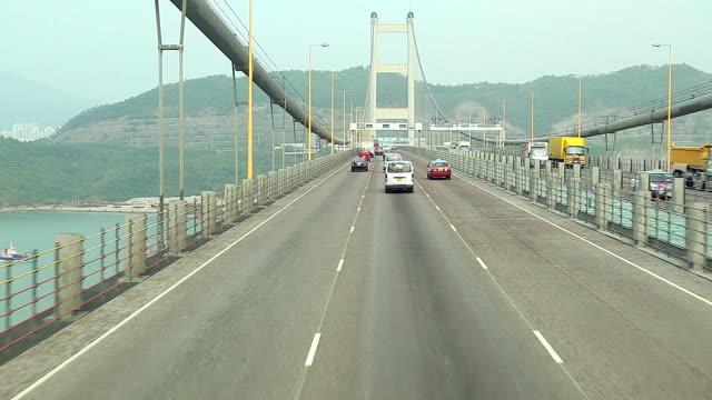 HD: Auto fahren auf dem Tsing Ma bridge, Sehenswürdigkeit bridge in Hong Kong.