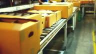 HD: Kartonverpackung box bewegen auf Förderband Lockenwicklern.