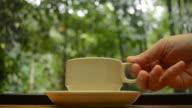 HD: Kaffee in der Natur mit hand für sich