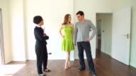 HD:-Berater erklären über neues Zuhause für zwei Personen.