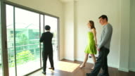HD:consultant uitleg over nieuwe huis voor paar.
