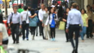 HD: folla di persone a piedi lungo la strada.