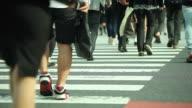 HD: Menge Menschen gehen auf der Straße.