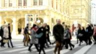 HD: Menge Menschen zu Fuß auf der Straße, Wien.