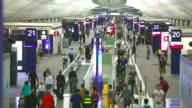 HD: Menschenmenge Reisende am Flughafen.