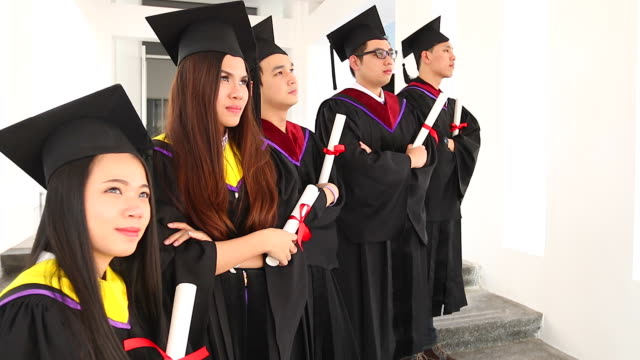 HD:Group van de afgestudeerde studenten met hun diploma na afstuderen