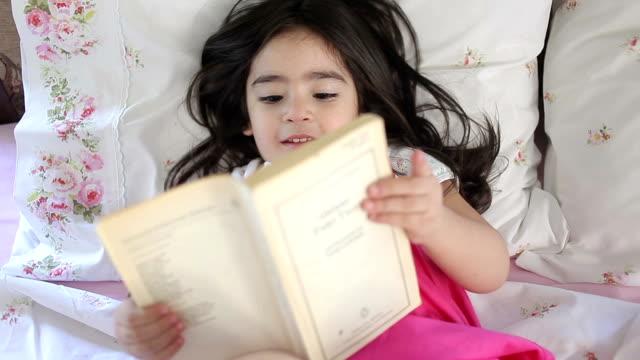 HD: kleines Mädchen &-Bett