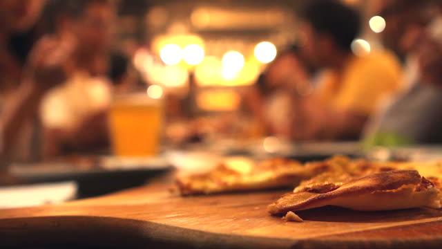 HD: Party im restaurant mit dem Schwerpunkt auf Menschen, die pizza.
