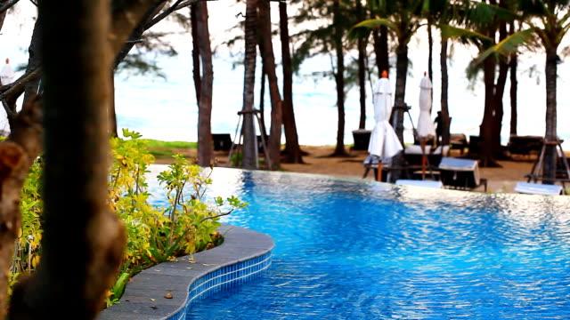 HD: Vista sulla piscina con sfondo spiaggia