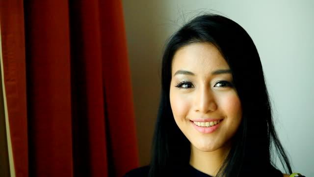 HD: Porträt von schöne Junge Frau lächelnd.