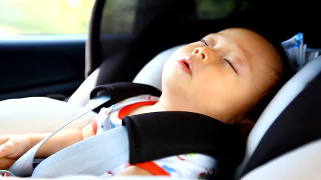 HD: Porträt von kleines baby Schlafen in Sicherheit carseat.