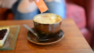 HD: Eingießen Zucker in eine Tasse Kaffee