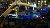HD: Roboterarm Schweißen Maschine arbeitet in Fabriken.