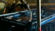 HD: Industrieroboter-arm Schweißen in factory. (Schwenken)