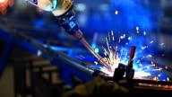 HD: Industrieroboter-arm-Schweißen in der Fabrik.